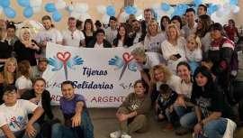 El proyecto Tijeras Solidarias empezó con cinco peluqueros en Córdoba y ya suma centenares en todo el país. La iniciativa se dirige, especialmente, a los pequeños más vulnerables