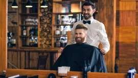 Cortes pulidos, con flequillo e inspirados en el crop británico marcan las tendencias en barbería para estas fechas tan señaladas. Beauty Market ha hablado con expertos como Jordi Pérez, Mikel Estupiñà y Álvaro The Barber