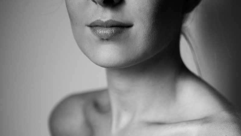 El surco nasogeniano, las primeras líneas de expresión que se ven en el rostro