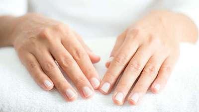 Manicure húmida com luvas de colagénio, hidratação de mãos