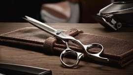 Con esta línea, Tondeo ofrece las herramientas que todo barbero necesita: tijeras para cortes degradados y perfectos, máquina de corte y afeitadora para contornos y estuche de herramientas en cuero de camello auténtico