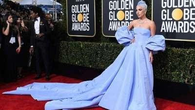 El platino y azul lavanda de Lady Gaga triunfa en los Globos de Oro
