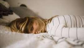 La humedad y los cambios bruscos de temperatura, como cuando se pasa de un lugar cálido al frío del exterior, también afectan, causando incluso dolor de cabeza