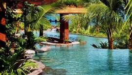 Cuenta con atractivos como su proximidad con el volcán Arenal, de cuyas laderas brotan fuentes termales, además de toda una serie de servicios exclusivos