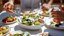 La experta Inmaculada Canterla es de la opinión que lo más razonable es conocer bien los alimentos con los que nos alimentamos y repartirlos coherentemente en cada una de las comidas, realizando dietas equilibradas