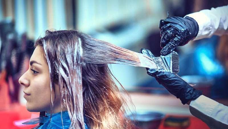 Com os cabelos em pé. O lado tóxico do cabeleireiro