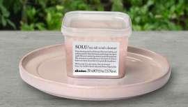 Davines amplía su gama Solu con esta pasta exfoliante de sal marina, diseñada para limpiar, iluminar y refrescar pelo y cuero cabelludo