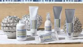 Davines enriquece cada fórmula Su con altos porcentajes de ingredientes biodegradables de origen natural para minimizar el impacto medioambiental y combinar propiedades sensoriales y resultados sobre la piel