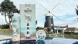 La firma da a conocer la gama El Verano Más Azul, con propiedades hidratantes y diseño vintage, ideal tras largas y soleadas jornadas en la playa