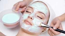 El protocolo realiza una microexfoliación que confiere a la piel una apariencia radiante y luminosa y mejora su textura