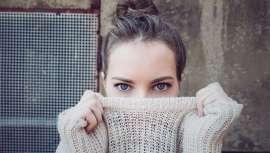 Más delicada que el resto de la piel del rostro, su escasa atención nos puede jugar malas pasadas, entre ellas, la aparición de bolsas y ojeras. Por eso, tratamientos y reglas de estilo de vida específicos contribuyen a aminorarlas o prevenirlas