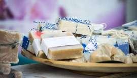 El jabón de Marsella está reconocido por sus propiedades antisépticas, hipoalergénicas y antibacterianas, siendo una de sus principales ventajas la de no irritar la piel