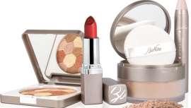 Cuando el mercurio sube y amenaza con romper el termómetro de las temperaturas, el maquillaje requiere de sus propias reglas para mantenerse y lucir perfecto
