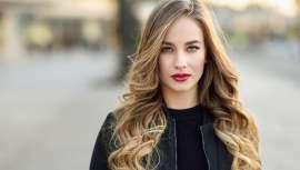 La hidratación es el eje fundamental sobre el que gira la salud y brillo del cabello. Revisamos de un modo científico por qué el pelo se vuelve áspero y quebradizo y pierde sus propiedades de belleza y salud precisamente durante el estío