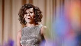 Totalmente alejada del estereotipo de melena lisa y pulida al que nos ha tenido acostumbrados mayoritariamente desde su llegada a la Casa Blanca, la elegante Michelle Obama revoluciona las redes con sus nuevos y poderosos rizos