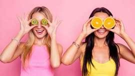 Según Clínica Opción Médica, la fruta nos aporta vitaminas, fibra, minerales y agua, componentes ideales para eliminar toxinas y acelerar el metabolismo