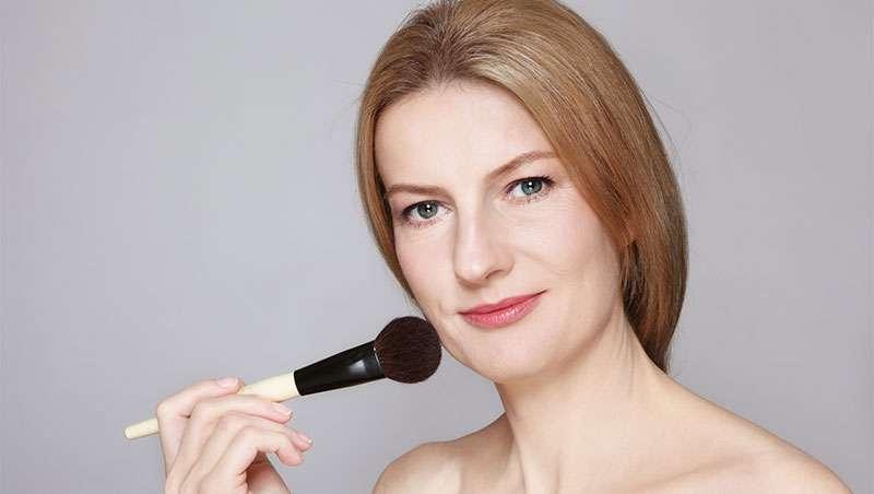 Mujer de 40 años maquillando, como cuidar de la piel