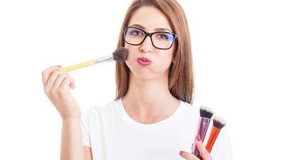 Como maquilhar o rosto com óculos