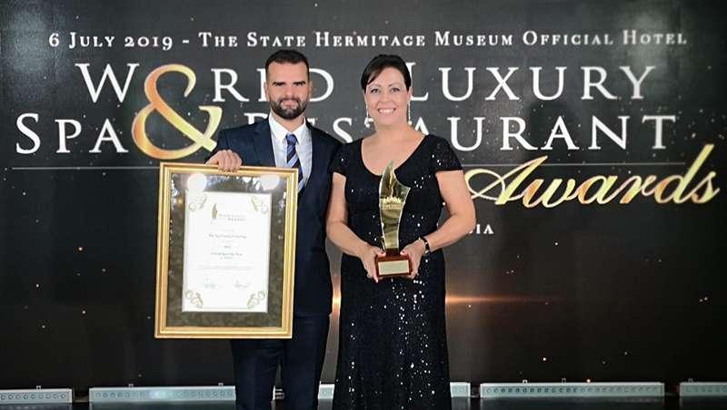Dos personas recibiendo el premio al mejor spa del mundo Bio-Spa Victoria