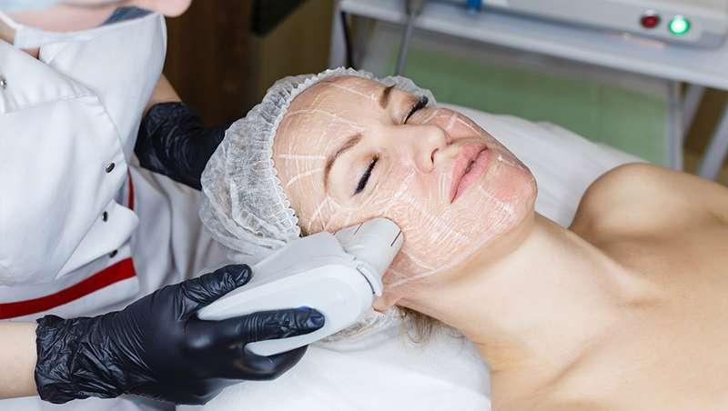 Chica tratamiento facial