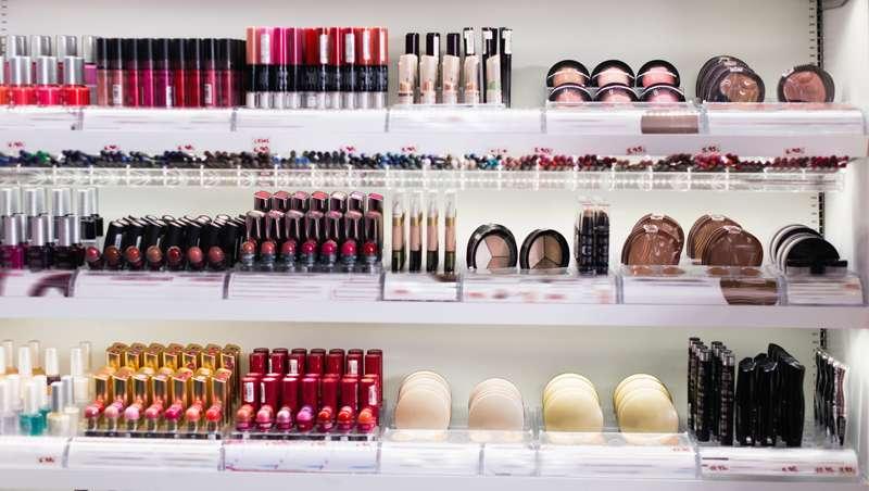 Variedad del surtido de tienda de cosméticos modernos