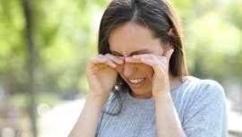 La caspa en las pestañas se produce por una inflamación de ambos párpados y su tratamiento pasa siempre por acudir a la consulta de un oftalmólogo