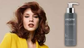 La cantidad a aplicar del producto es de 2-3 pulsaciones (en cabellos medios/largos). Se aplica de raíz a puntas y se recomienda sobre el cabello húmedo, tras el lavado capilar
