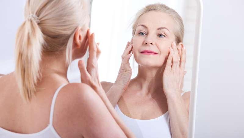 mujer madura mirándose al espejo