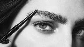 Ahora que las cejas son una de las principales armas de seducción del rostro y que cobran un protagonismo indiscutido en el maquillaje, qué mejor que revisar cómo delinear las mejores y más actuales cejas, gruesas y tupidas