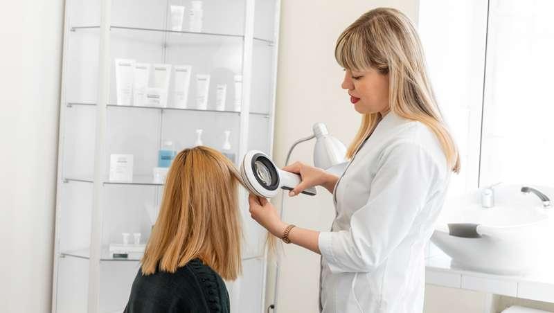 medico revisando cabello