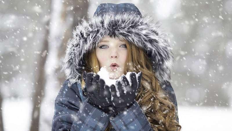 Hidratación facial, agua para la piel en invierno y en verano