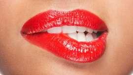 Descubrimos de manos de los expertos maquilladores uno de los looks makeup ideal para las fiestas, los labios bitten lip, siempre de moda y muy seductores
