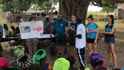 Parabotica dona productos de higiene a la población de una aldea de Gambia