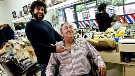 102 años de historia a sus espaldas, y ahora, cierra la peluquería más antigua de Vigo, dirigida por Pedro Fernández. Uno más de los negocios históricos que no volverán a abrir sus puertas con las obras de la Porta do Sol