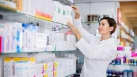 Las farmacias se han convertido en uno de los lugares favoritos de los españoles para comprar productos de belleza.  Analizamos su éxito con la ayuda de Rocío Escalante, Arbosana Farmacia, y Lissette Anziani, fundadora de Kóoch Green Cosmetics