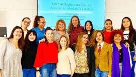 Con un gran interés por parte de las esteticistas a las cuales está dirigido, el Curso de Auxiliar de Medicina Estética Consuelo Silveira ha impartido su clase inaugural en la Clínica Dermatológica Internacional, CDI
