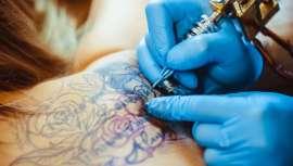 La Agencia Europea de Sustancias Químicas quiere prohibir los pigmentos de ciertos colores de tinta para tatuaje, lo que colocaría al sector