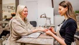 """Que melhor que falar com os profissionais, neste caso, uma artista """"beauty"""", Elena Daudova, para confirmar, ver e saber quais vão ser as unhas que se vão usar"""