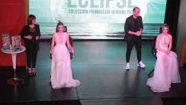 Pieles luminosas y perladas protagonizan la nueva colección de la firma para esta primavera verano, cuya presentación oficial ha tenido lugar en el emblemático teatro barcelonés El Molino