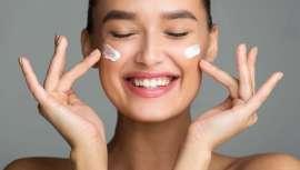 Con beneficios similares a los de los AHA o Alfahidroxiácidos, los denominados como PHA resultan menos irritativos. Otra manera de remodelar la superficie de la piel para que se revele más lisa, limpia e iluminada con un menor impacto