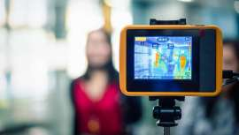 Câmaras termográficas com capacidade de analisar, com grande precisão, a temperatura corporal das pessoas, ideal para comércios com grandes afluências e câmaras de mão para utilização no desconfinamento