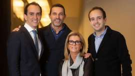 CEOs de VMV Cosmetic Group, Raúl y Ramón Martínez manejan el ADN de esta firma, fundada por Víctor Martínez Vicario hace ya 5 décadas, que ha demostrado frente a la Covid-19 su vocación de respuesta y reflejos en situaciones extraordinarias