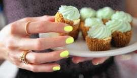Va a ser, ya lo es de hecho, el color de las manicuras del verano. Verde lima, un esmalte que lucen ya las celebrities