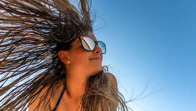 mujer con el sol en el cabello