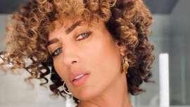La famosa modelo y presentadora revoluciona las redes con su nuevo look, melena ultra rizada y más corta y tratada con mechas doradas. Sin duda, un cambio radical