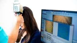 El estrés es uno de los principales motivos del agravamiento de la caída capilar, algo que preocupa, y mucho, a los españoles, creciendo el número de consultas en centros especializados en torno a la alopecia y su solución, tal y como afirma IDEI