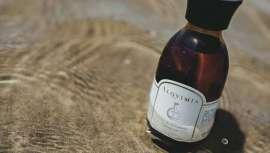 El aceite de zanahoria, de característicos color rojizo oscuro, reactiva la pigmentación de la piel. Los aceites esenciales que contiene en contacto directo con el sol pueden ser fotosensibilizantes