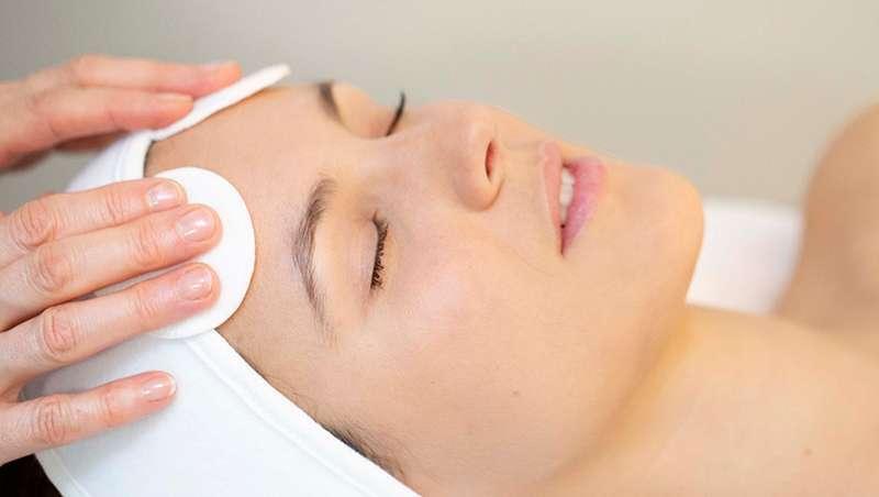 Rotinas e tratamentos para o acne durante o verão