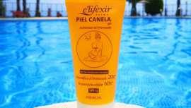 Este gel acelerador del bronceado ayuda a intensificar el tono dorado de tu piel a la vez que repara las células dañadas por el sol y la protege de los rayos UVA y UVB gracias a su SPF 15