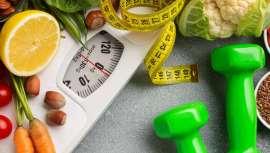 Rutinas deportivas, evitar azúcares añadidos, cenas ligeras y mucho más son hábitos que recomiendan para mantener el peso